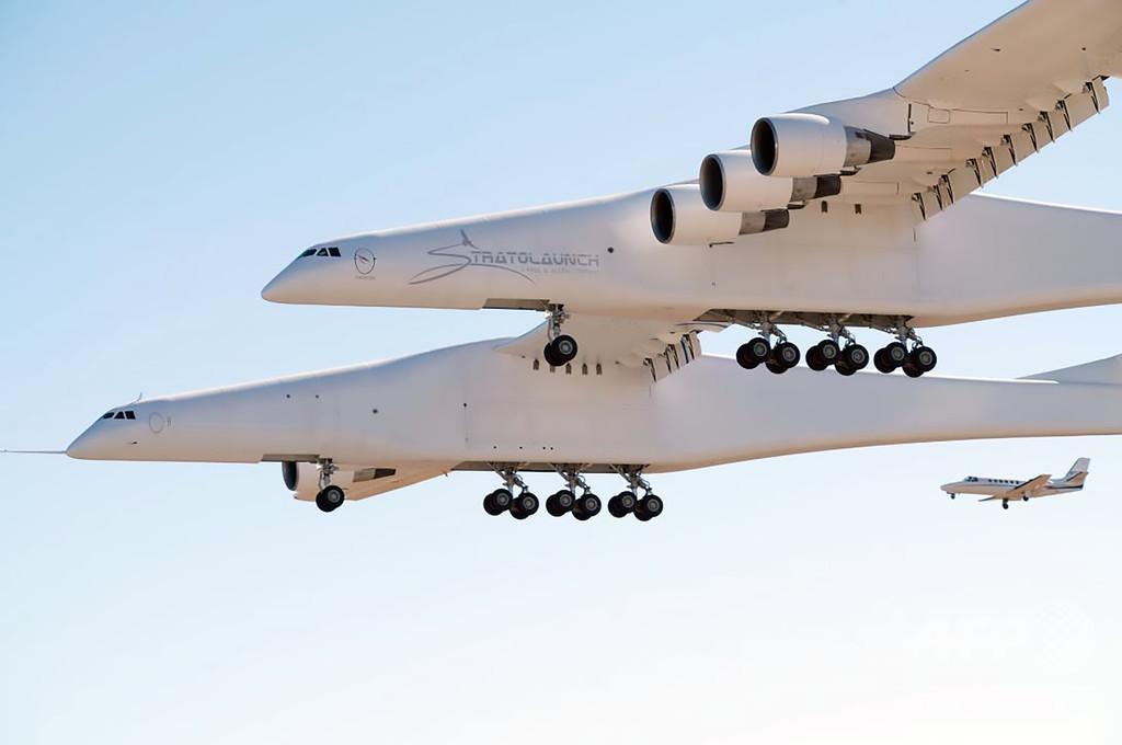 世界最大の航空機「ストラトローンチ」 初の試験飛行