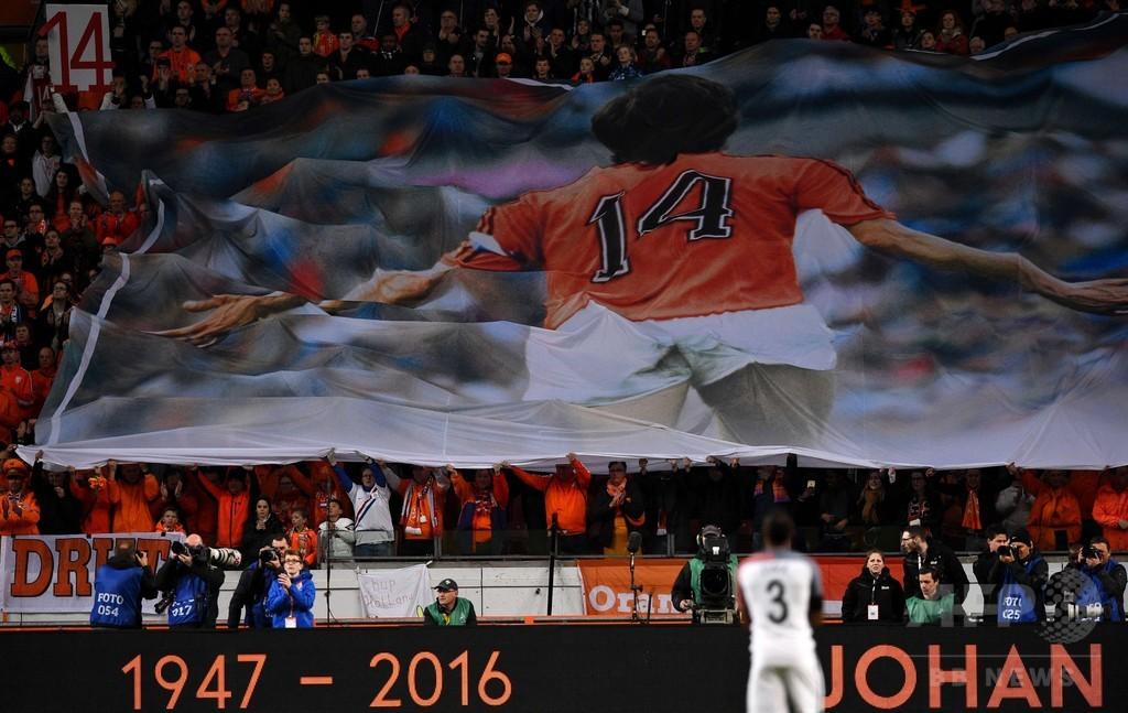 オランダ対フランスの親善試合が前半14分に一時中断、クライフ氏を追悼