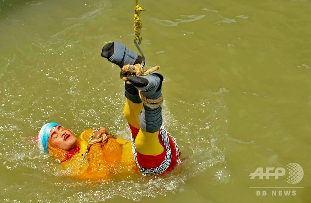 水中脱出マジックに失敗のマジシャン、遺体で発見 インド