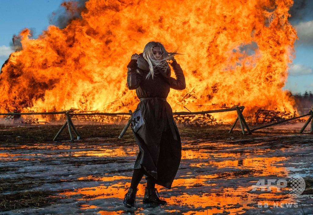 炎に包まれる高さ20メートルの「城塞」、ロシアで冬の終わり祝う祭り