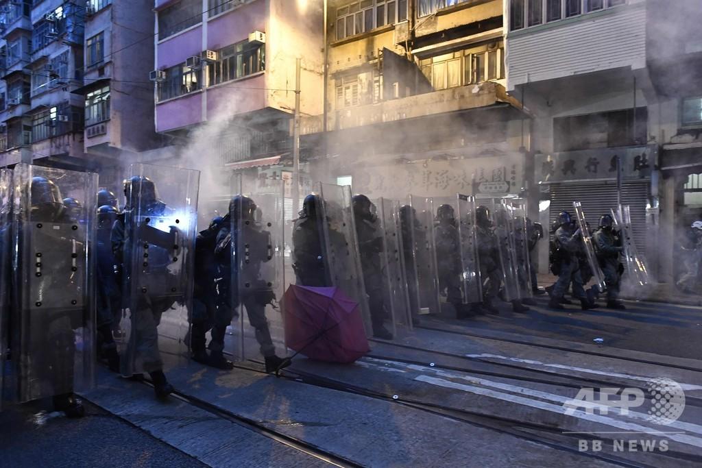 香港、デモ参加者に警察が催涙弾発射 中国の出先機関付近で