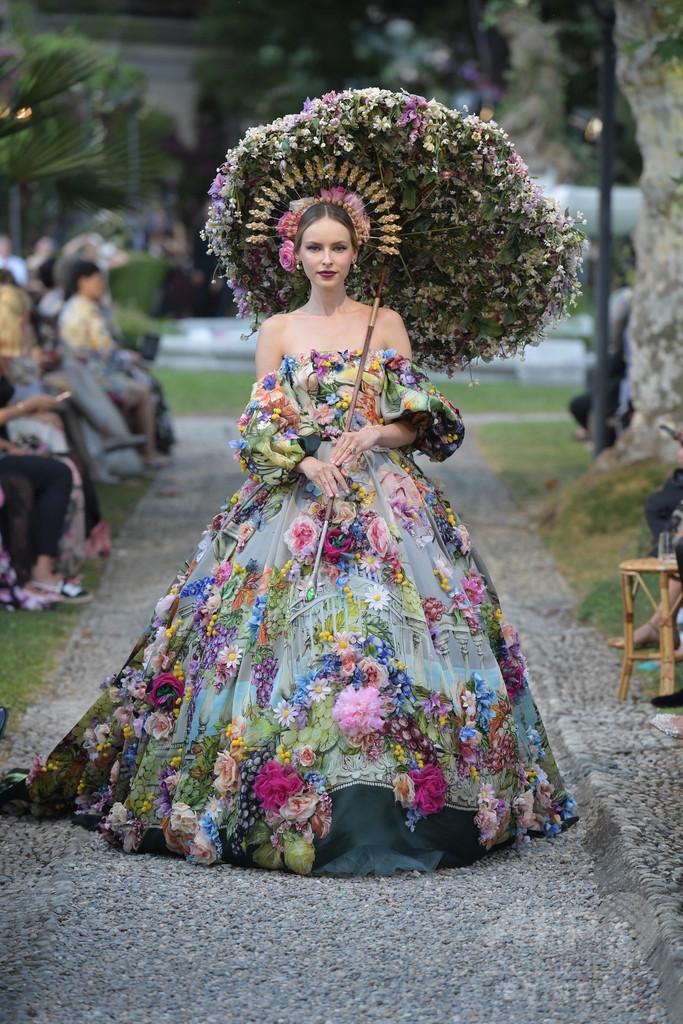 「ドルチェ&ガッバーナ」伊コモ湖で豪華絢爛なファッションショー