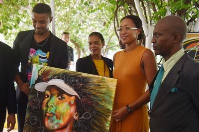 大坂なおみ、父の祖国ハイチを訪問 地元のミュージアム楽しむ