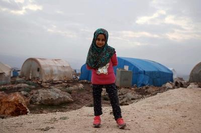 空き缶義足のシリア少女、新しい義足で避難民キャンプを歩行
