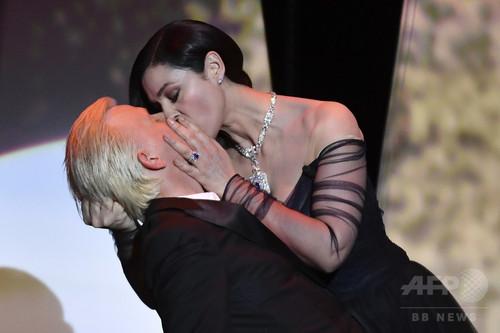 モニカ・ベルッチ、「ディオール」のドレスで刺激的すぎる公開キス