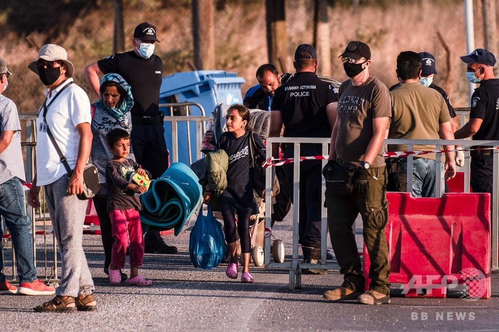 移民が収容施設に「放火」と非難、ギリシャ政府