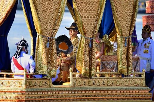 タイ国王が水上パレード、戴冠祝う最後の行事に市民が歓声