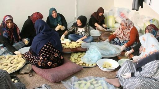 動画:「母の愛情弁当」を最前線で戦う義勇兵らへ、1日1万食超 リビア