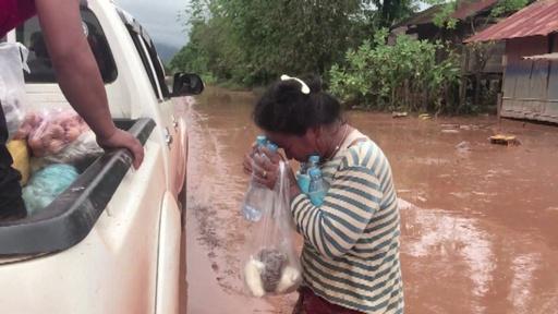 動画:ダム決壊で大量の水放出、被害受けた村民に救援物資 ラオス