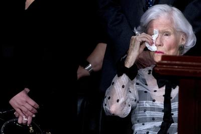 マケイン氏の追悼式典、106歳の母親が参列 終始気丈に振る舞う