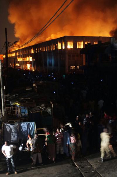 西アフリカ・トーゴの首都で大規模火災、市場が火の海に