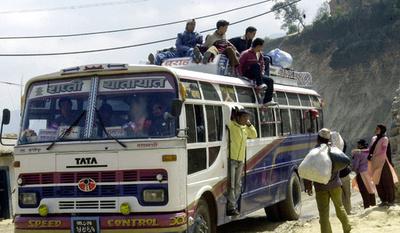 会葬者乗せたバスが転落、20人死亡 ネパール