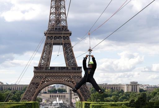 パリの眺めを満喫…できる? エッフェル塔から時速90キロの空中散歩