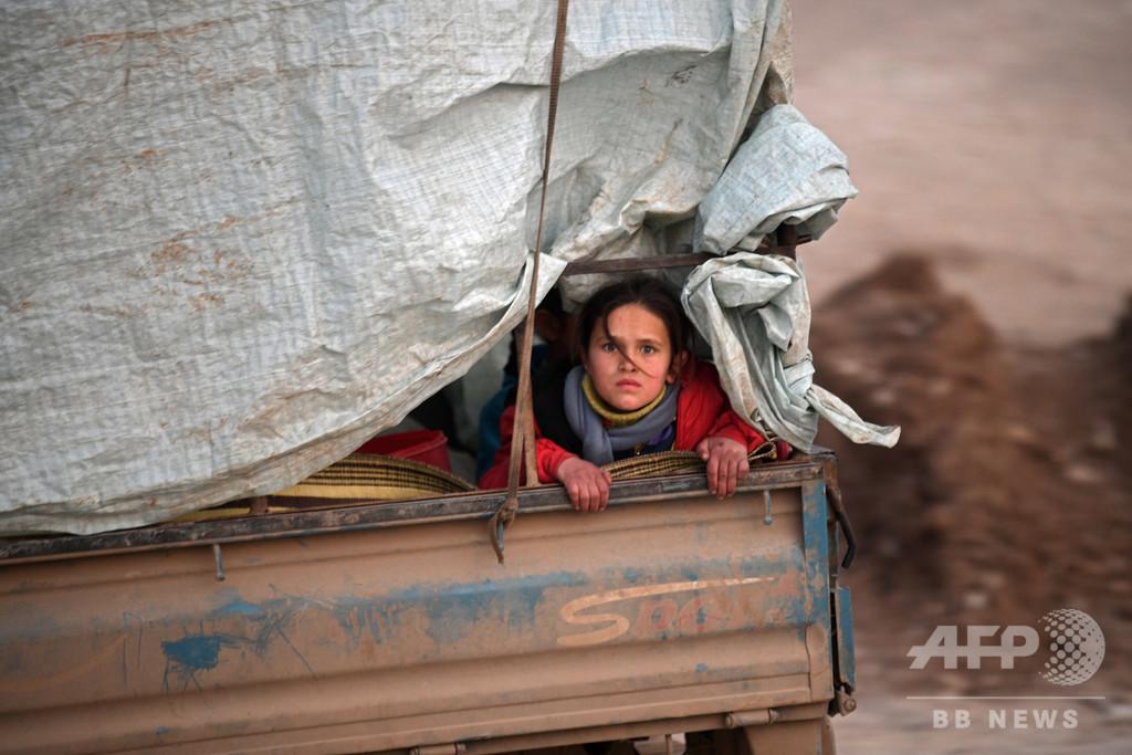 【今日の1枚】瞳に不安を宿し…トラックで避難 シリア