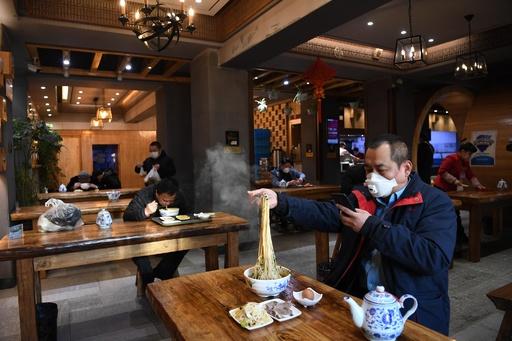 牛肉麺店が相次ぎ営業再開、一人一卓を求める 中国・蘭州