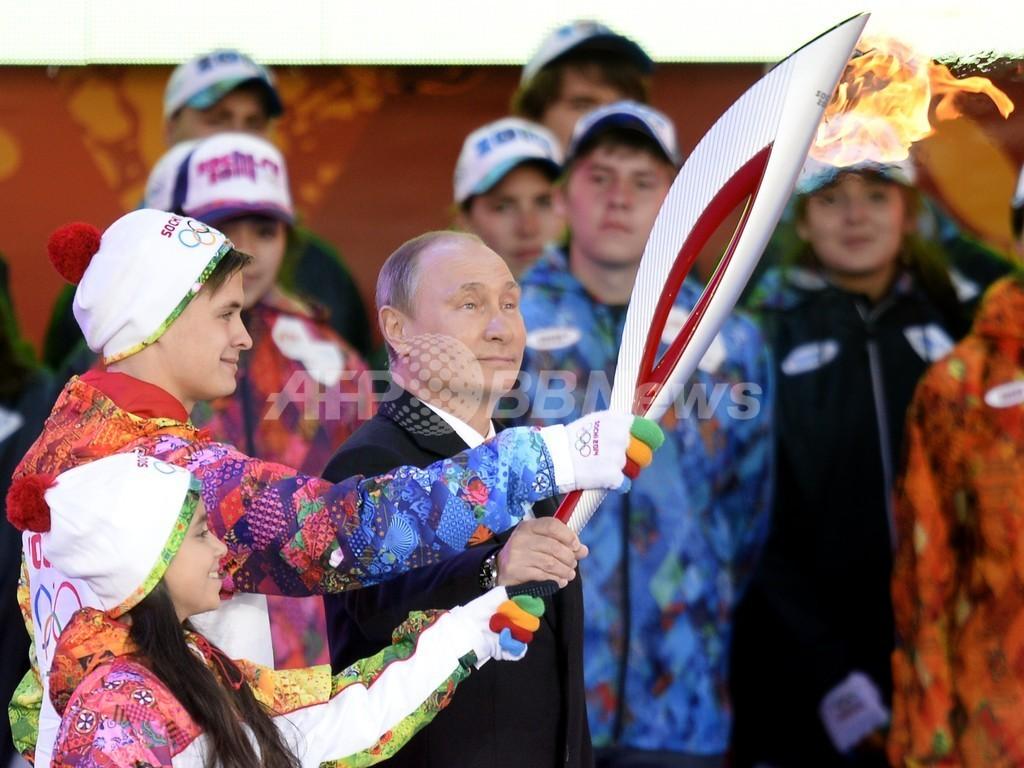 モスクワで聖火リレーがスタート、火が消えるハプニングも