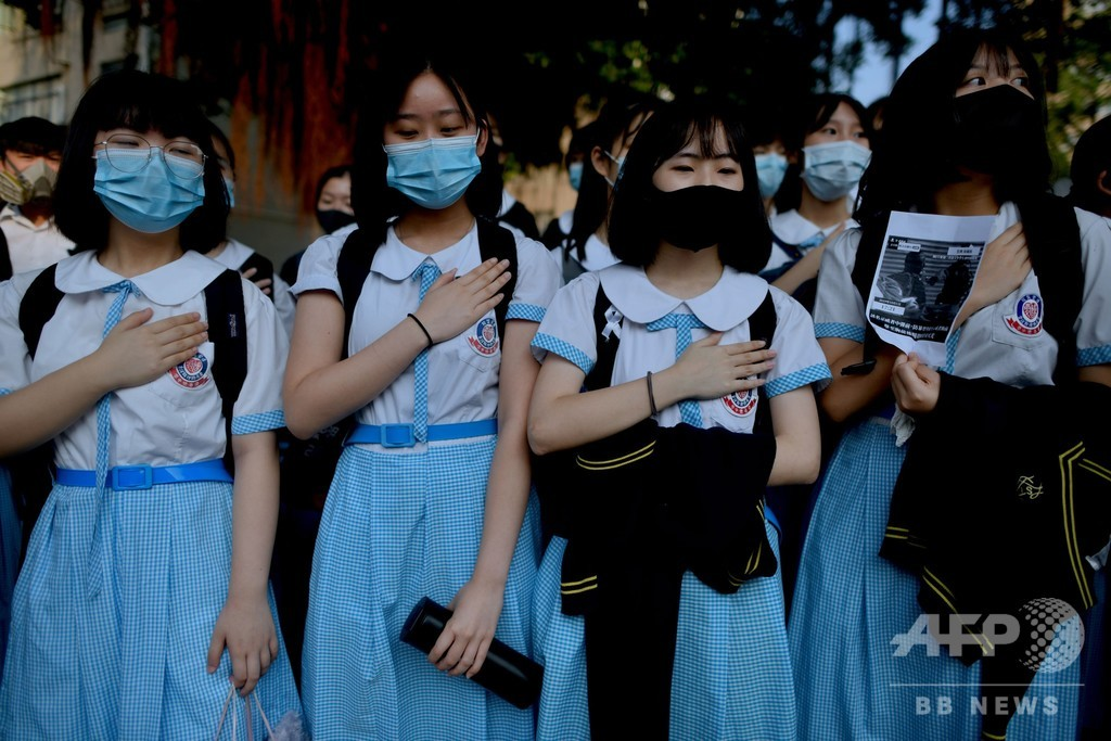 香港、警官に撃たれた高校生の学校で抗議の座り込み