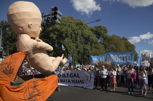 継父にレイプされ10歳少女が妊娠、中絶合法化の議論白熱 アルゼンチン