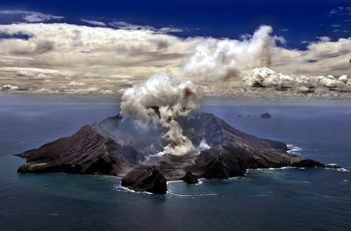 NZホワイト島の火山噴火、直前に観光客の姿