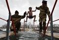 各地で公現祭、十字架めがけて極寒の水の中へ