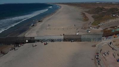 動画:移民キャラバン、対米国境に続々到着 フェンス越え拘束される人も