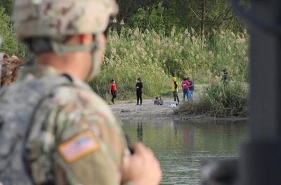 メキシコ国境の米兵、移民には警棒のみで対応 米国防長官