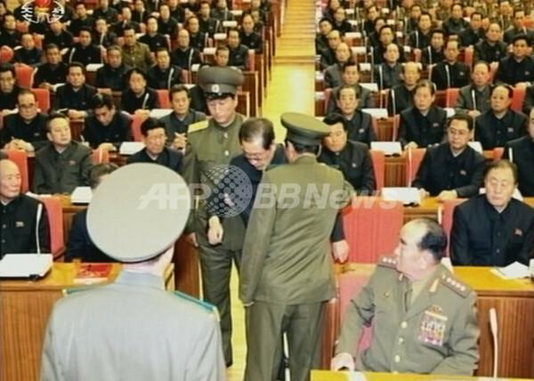 連行される張氏の写真、北朝鮮が異例の公開