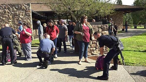 米オレゴン州の大学で銃乱射、死者10人 容疑者死亡