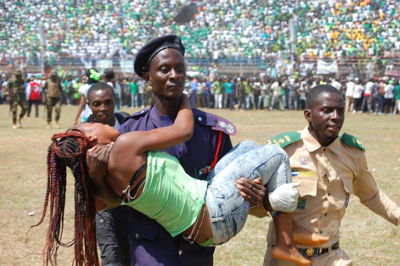 大統領就任式で雑踏事故、死傷者多数 シエラレオネ