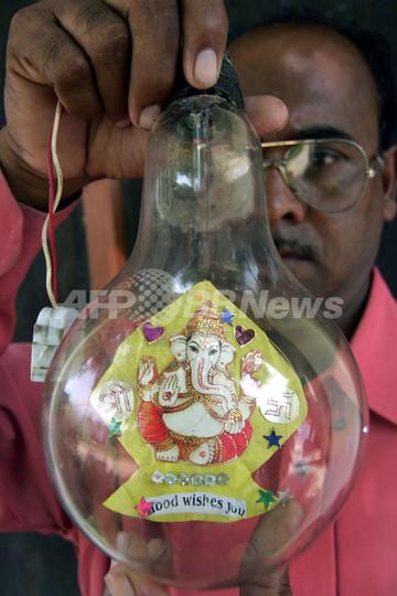 インド全国でガネーシャ祭り準備進む、電球に入ったゾウの神様も登場