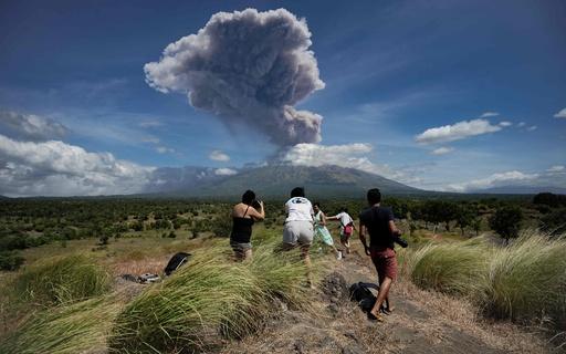 バリ島アグン山がまた噴火、噴煙が上空2000mに到達