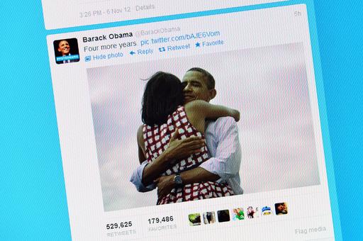 オバマ夫妻のハグ写真、SNSで新記録達成