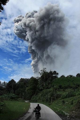 インドネシア、火山噴火で1万8000人が避難