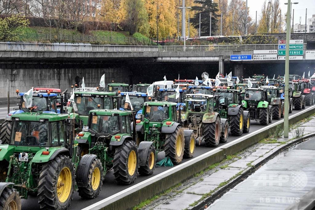 トラクター1000台パリに集結、農家が政府の政策に抗議