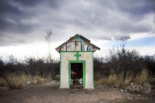 一軒家に閉じ込めて放置、不法移民133人を救出 メキシコ
