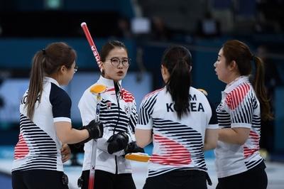 韓国は涙の銀メダル、スウェーデンが3度目の金 カーリング女子