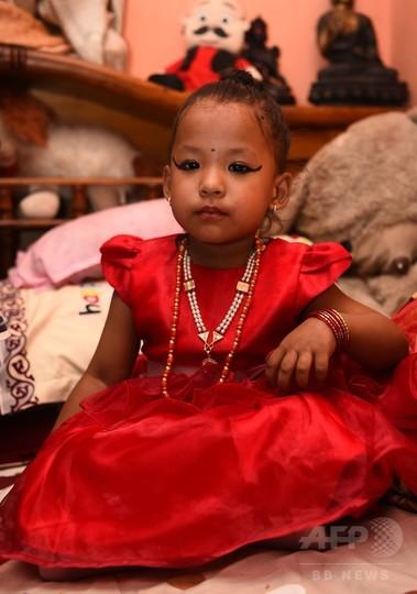 3歳の女の子が新たな生き神「クマリ」に ネパール