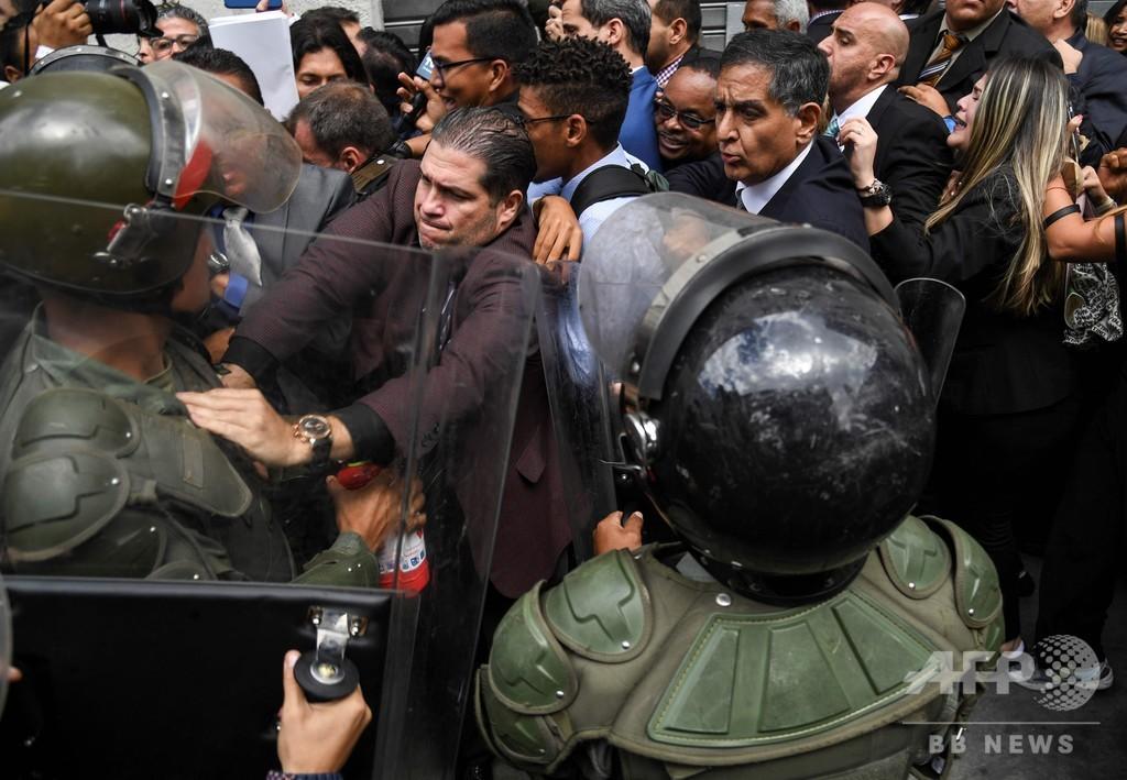 グアイド氏、国会入場できず 野党側「議会クーデター」と非難 ベネズエラ