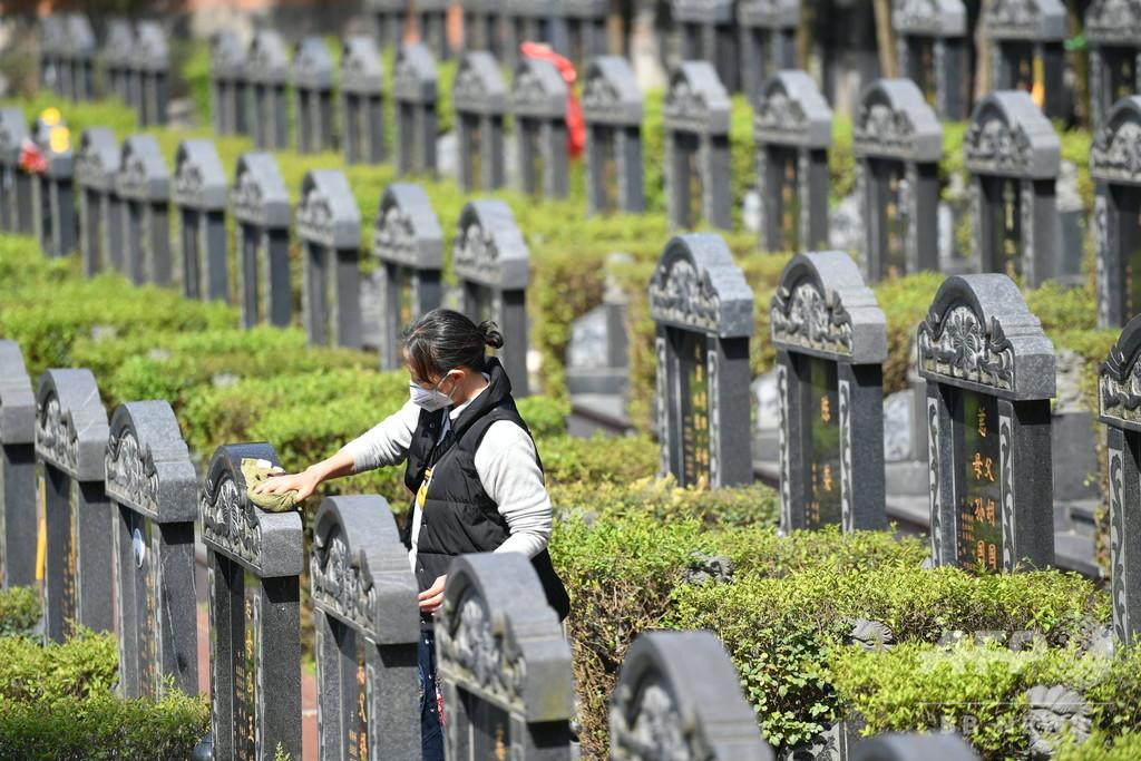 中国で広まる「バーチャル」「代理人」の墓参り 新型ウイルス対策