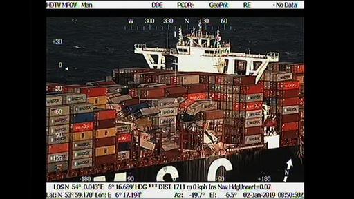 動画:大型船から貨物多数落下、近隣の浜辺に危険物質漂着 オランダ