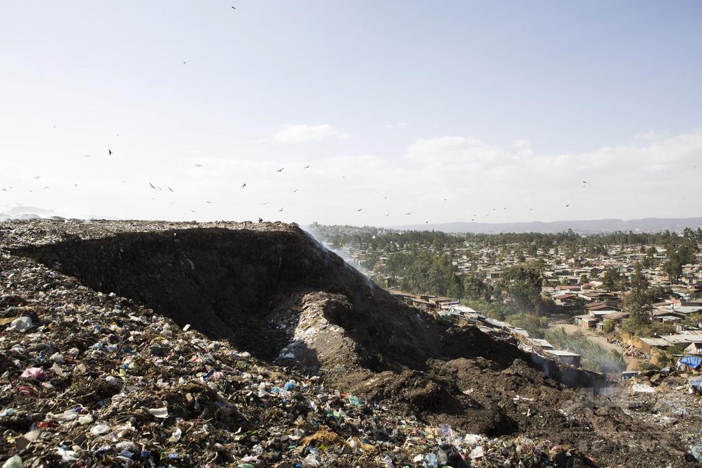 エチオピアのごみ山崩落、死者65人に 一家全員生き埋めも