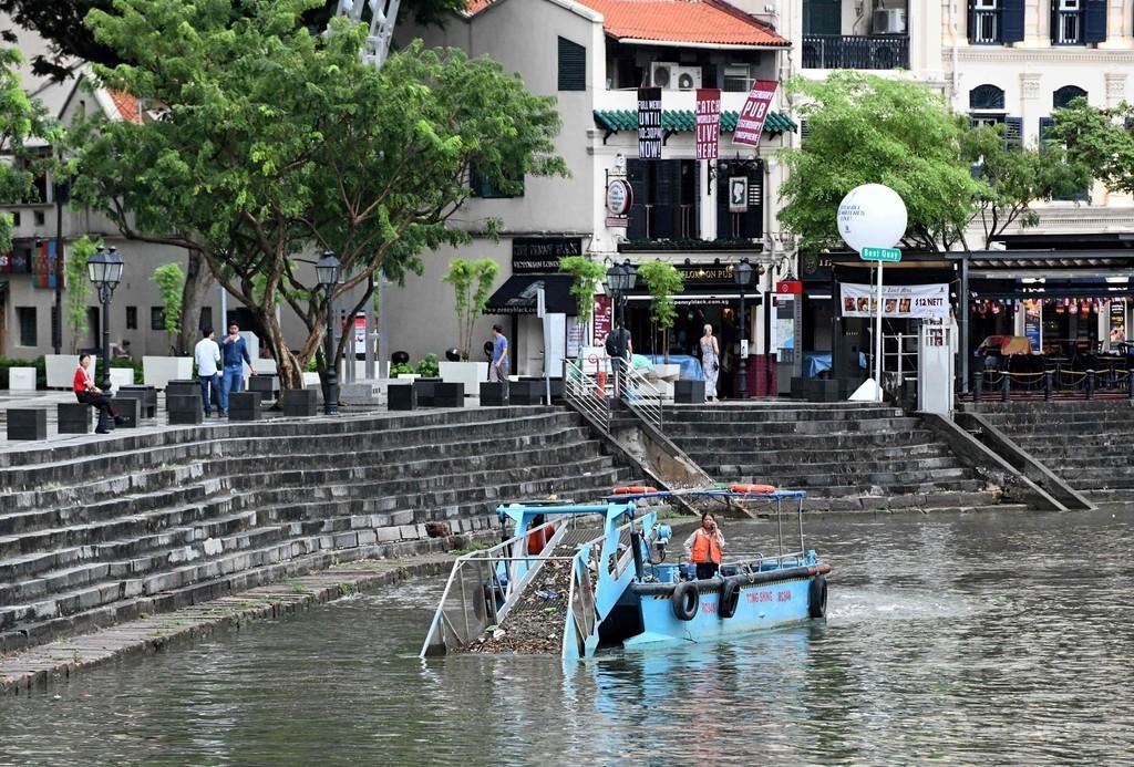 プラスチックごみも回収、専用ボートで川の清掃 シンガポール