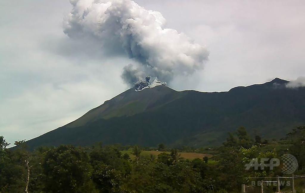 フィリピン中部のカンラオン山が噴火