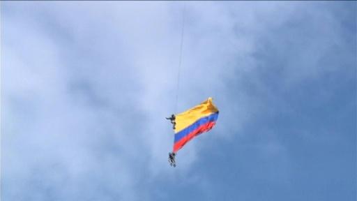 動画:ヘリからロープでぶら下がっていた兵士2人が死亡、コロンビア航空ショー