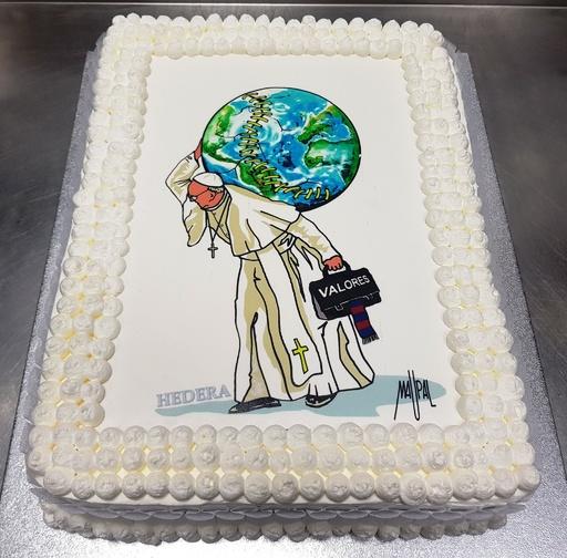 ローマ法王、81歳の誕生日 地球担ぐケーキでお祝い