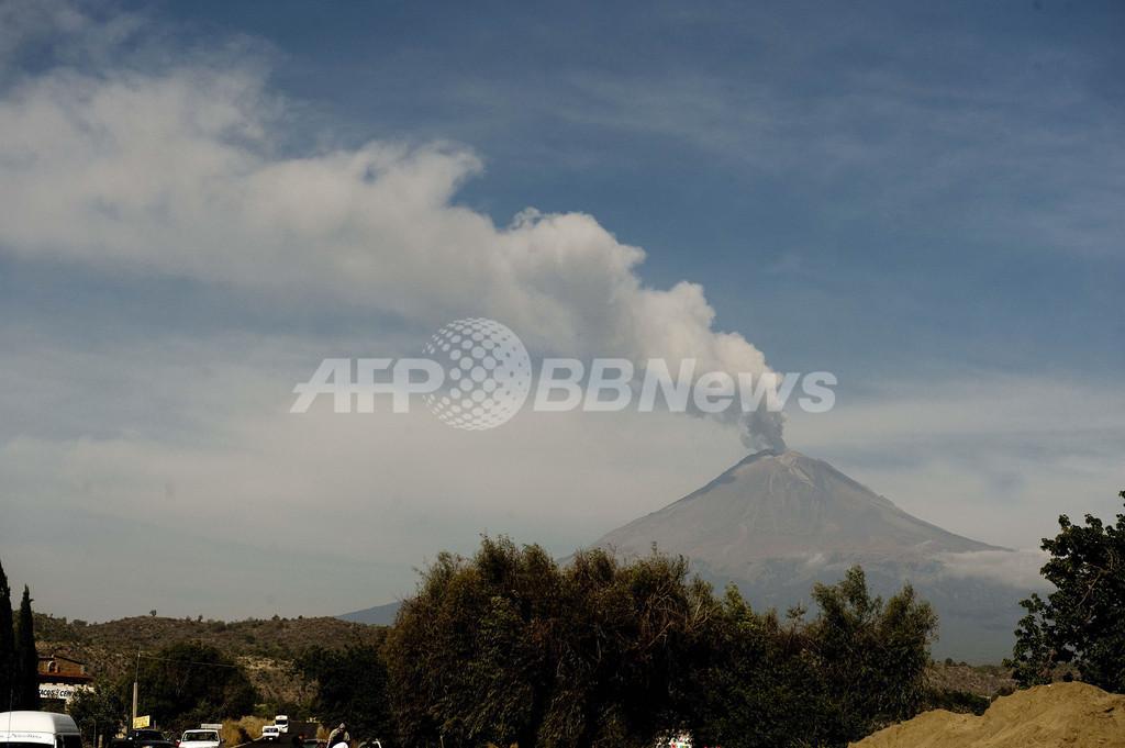 噴火の続くポポカテペトル山、メキシコ