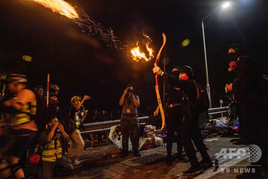 投石機、弓矢に鉄菱 香港デモ隊が「中世的」な新戦術