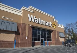 米ウォルマート、銃器販売の年齢制限を21歳に引き上げへ