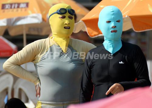 目指せ美白!中国でビーチ用覆面マスク「フェイスキニ」が流行