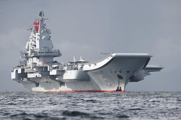 中国の空母「遼寧」が香港に寄港 軍事力を誇示